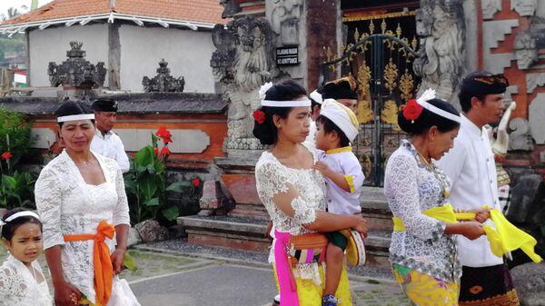 Балийцы у храма Улун Дану