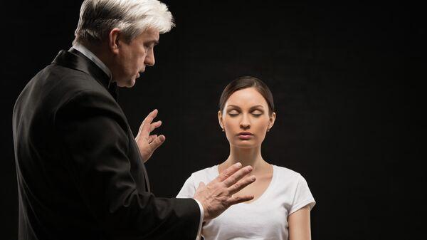 Врач применяет технику гипноза