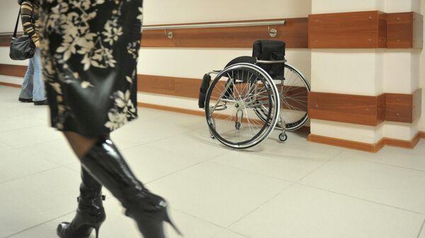 Инвалидная коляска в коридоре