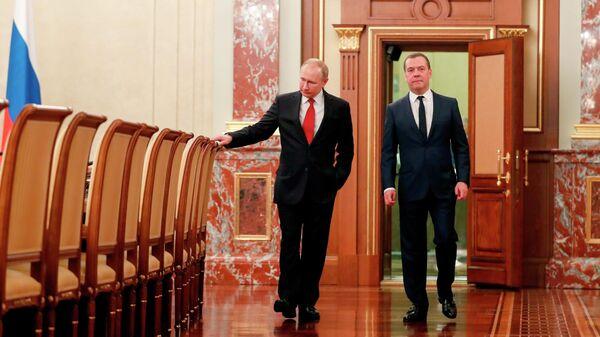 Президент РФ Владимир Путин и председатель правительства РФ Дмитрий Медведев перед встречей с членами правительства РФ