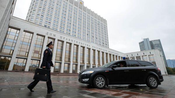 Возле здания Дома правительства РФ