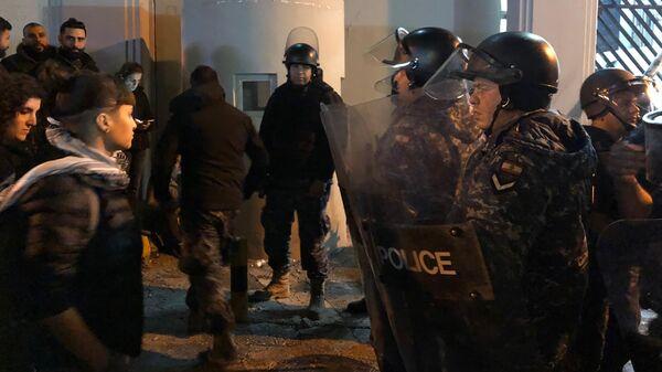 Сотрудники полиции во время столкновений с участниками антиправительственных демонстраций перед управлением МВД напротив посольства России в Бейруте