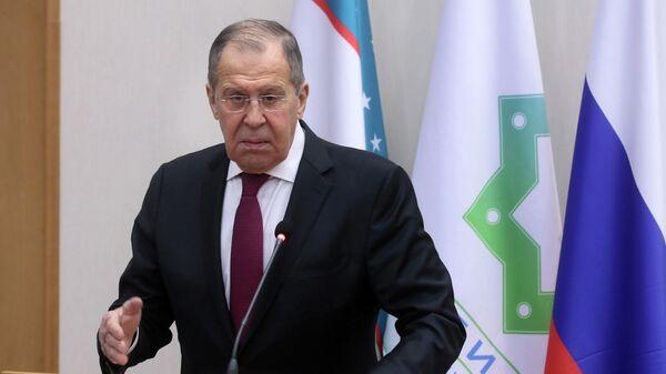 Министр иностранных дел РФ Сергей Лавров отвечает на вопросы во время посещения филиала МГИМО в Ташкенте