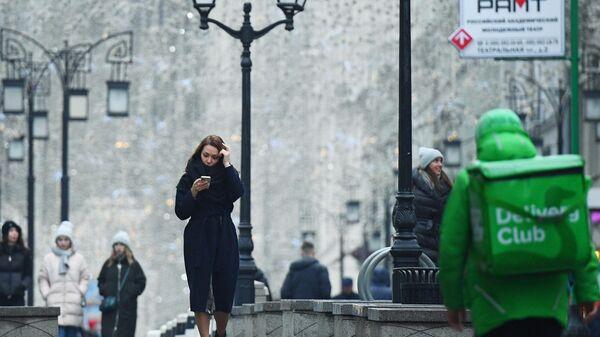 Прохожие на Никольской улице в Москве