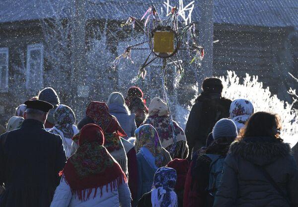 Участники святочных гуляний в деревне Ложголово Сланцевого района Ленинградской области