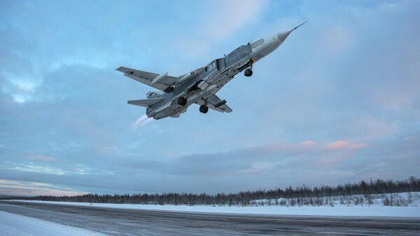 Самолет Су-24 во время учебно-тренировочных полетов в Мурманской области