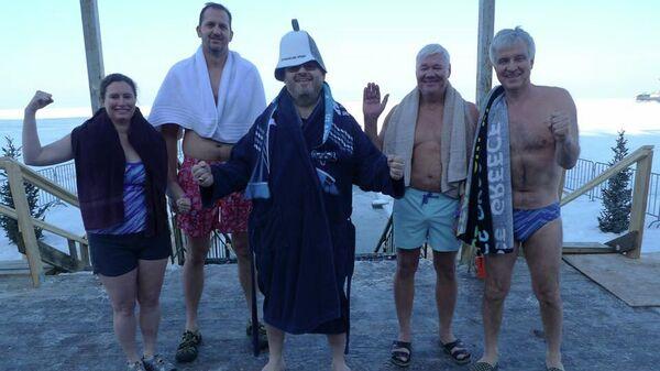 Генконсул США во Владивостоке Луис Кришок и сотрудники консульства окунулись в купель в канун праздника Крещения