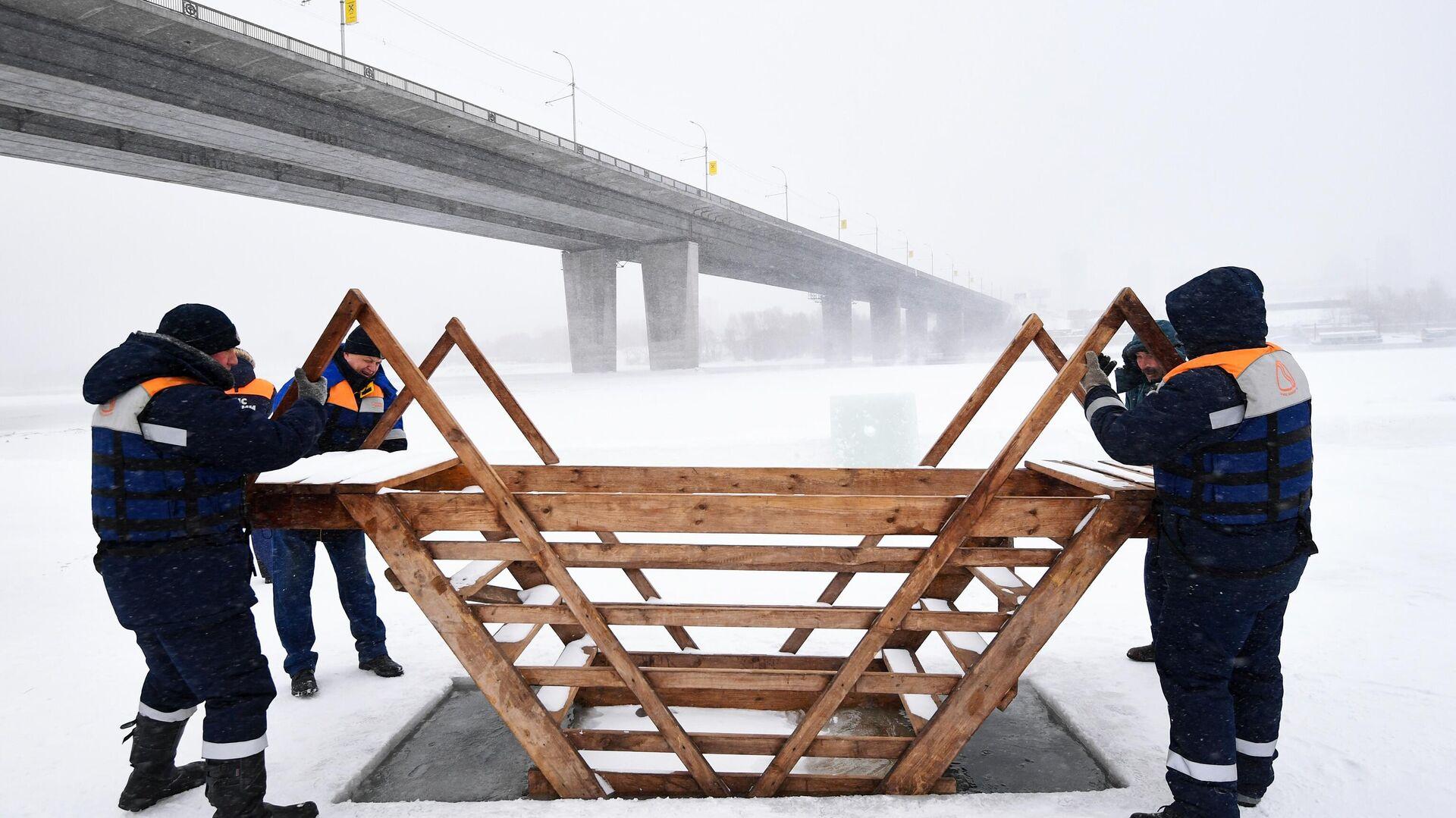 Подготовка крещенских купелей в Новосибирске - РИА Новости, 1920, 03.01.2021