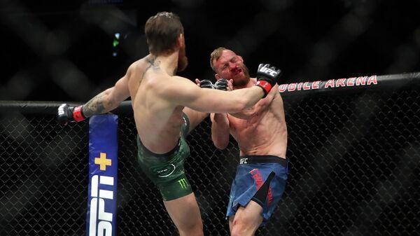 Слева направо: бойцы UFC Конор Макгрегор (Ирландия) и Дональд Серроне (США) а турнире UFC 246