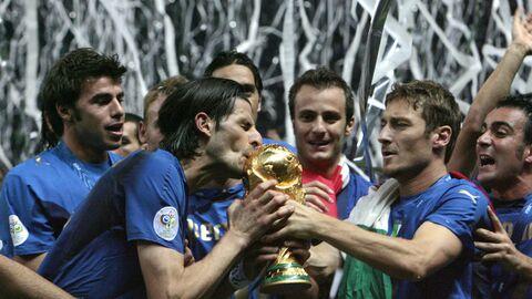 Винченцо Яквинта и Франческо Тотти празднуют победу на чемпионате мира 2006 года.
