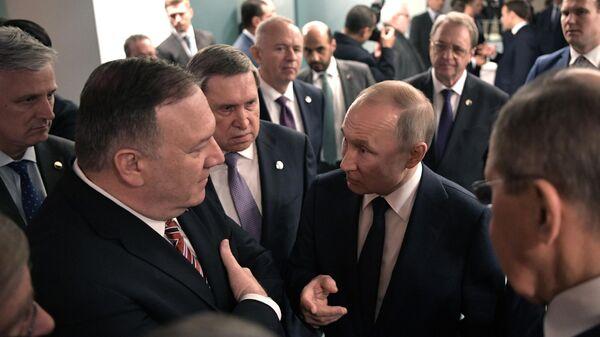 Президент РФ Владимир Путин и госсекретарь США Майк Помпео во время встречи на полях Международной конференции по Ливии в Берлине