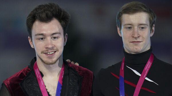 Слева направо: Артур Даниелян, завоевавший серебряную медаль, Дмитрий Алиев, завоевавший золотую медаль, Александр Самарин, завоевавший бронзовую медаль на чемпионате России по фигурному катанию в Красноярске, на церемонии награждения.