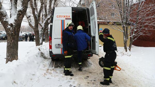 Сотрудники спасательной службы РФ у мини-отеля Карамель в Перми, в котором в результате прорыва трубы с кипятком погибли пять человек