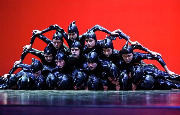 Участники детского музыкального театра Задумка (Самара) выступают на конкурсе Весна священная в театре Русская песня в Москве