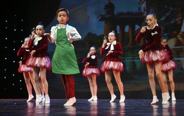 Участники театра музыки и танца Щелкунчик (Оренбург) выступают на конкурсе Весна священная в театре Русская песня в Москве