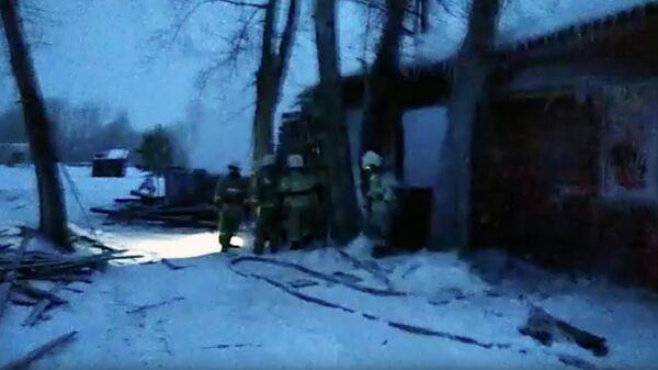 Сотрудники МЧС на месте пожара в жилом доме в Томской области. Стоп-кадр видео