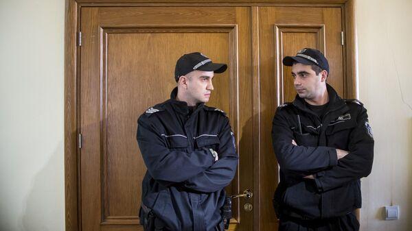 Сотрудники болгарской полиции в здании суда в Софии