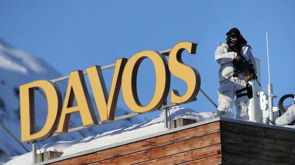 Полицейский на крыше конгресс-центра Всемирного экономического форума в Давосе