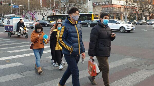 Люди в защитных масках на улице