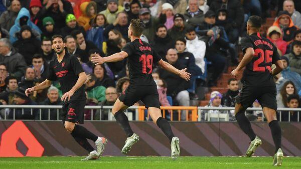 Футболисты Севильи радуются забитому голу