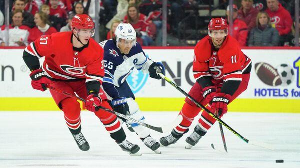 Андрей Свечников в игре за Каролину Харрикейнз в матче НХЛ против Виннипег Джетс