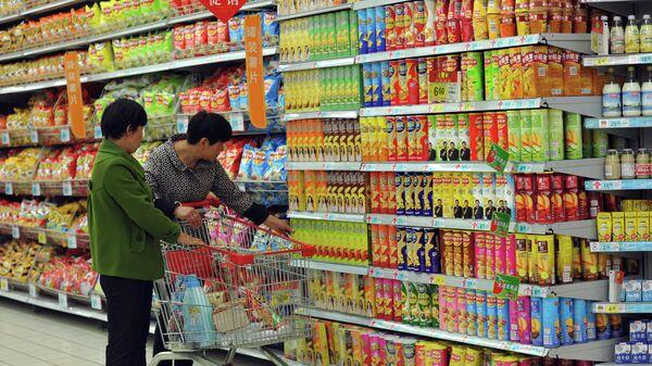 Покупатели в супермаркете в городе Фуян, Китай