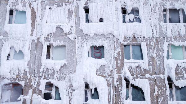 Бывшее общежитие военного училища в Иркутске покрылось льдом