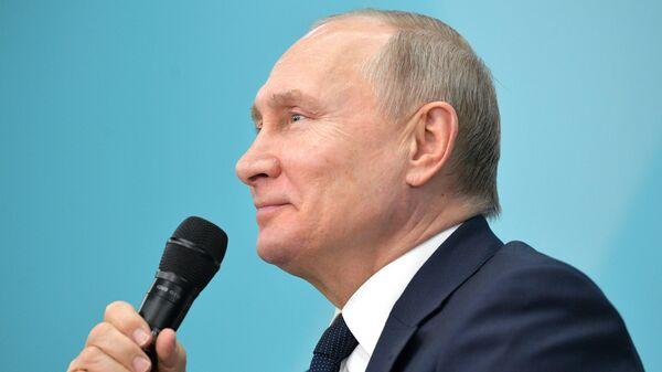 Президент РФ Владимир Путин проводит встречу со студентами ведущих вузов, преподавателями, учениками школ и учителями в образовательном центре Сириус в Сочи
