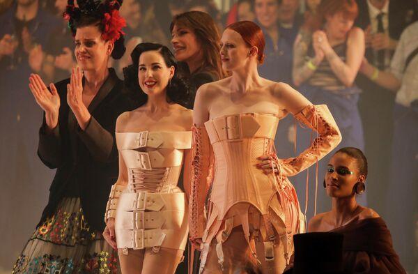 Дита фон Тиз с моделями на показе Жан-Поля Готье