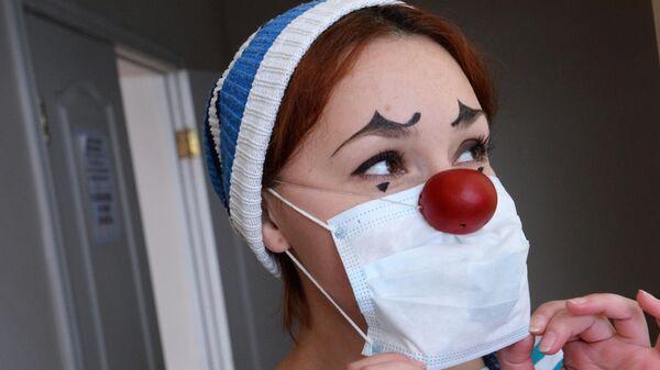 Актриса  развлекает детей в больничном отделении