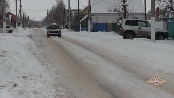Полицейские спасли человека из провалившейся под лед машины
