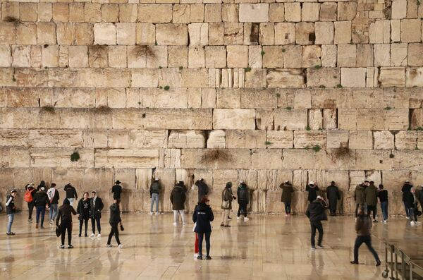 Паломники и туристы у Стены плача в Старом городе Иерусалима