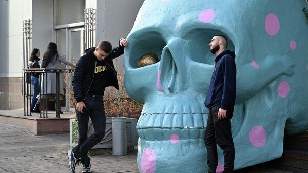 Инсталляция в виде черепа у уличного кафе в Киеве