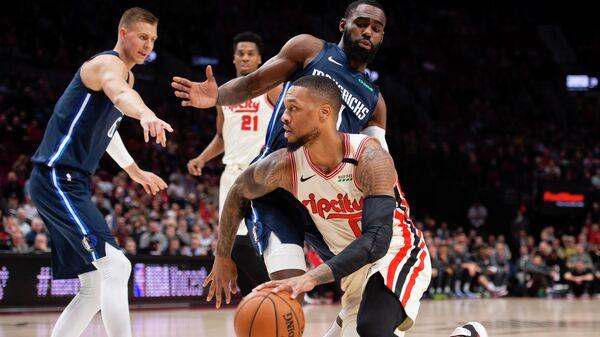 Защитник Портленд Трейл Блэзерс Дамиан Лиллард в матче НБА против Даллас Маверикс