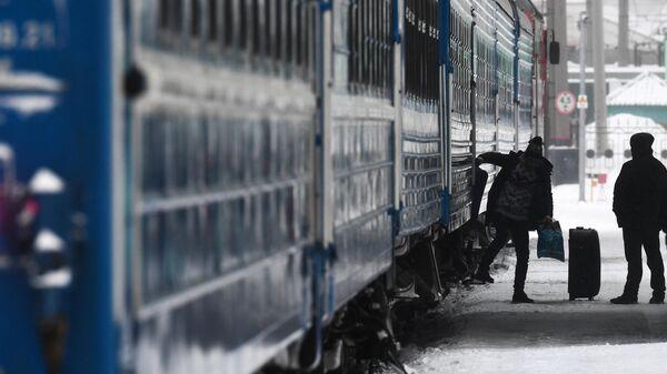 Пассажир выходит из поезда на платформу станции Новосибирск-Главный