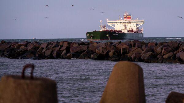 Норвежский нефтяной танкер Breiviken проходит через морской порт Клайпеды