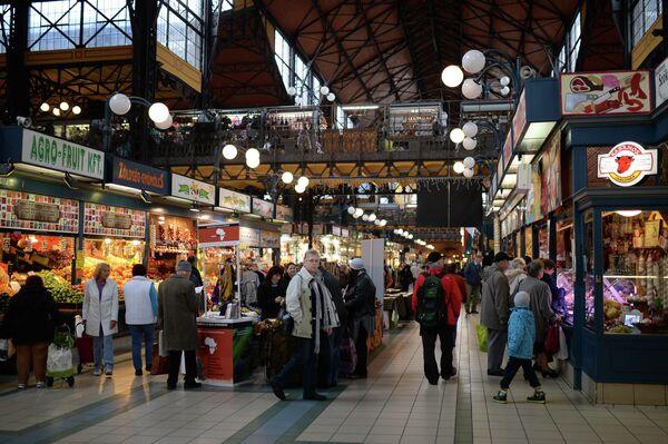 Покупатели на Центральном рынке в Будапеште