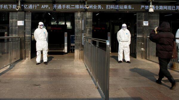 Пункт контроля состояния здоровья пассажиров на железнодорожном вокзале в Пекине. 25 января 2020