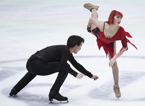 Тиффани Загорски и Джонатан Гурейро (Россия) выступают с произвольной программой в танцах на льду на чемпионате Европы по фигурному катанию.