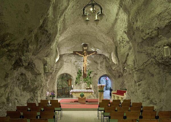 Главный алтарь церкви в пещере холма Геллерт, Будапешт