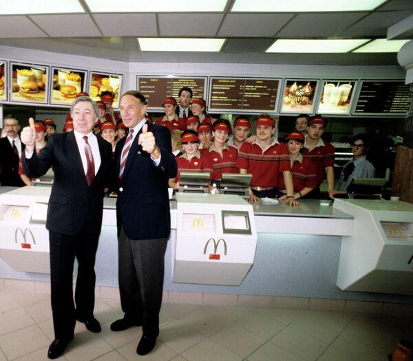 Владимир Малышков, руководитель совместного советско-канадского ресторана Макдоналдс, председатель правления и Джордж А. Кохон, заместитель руководителя ресторана Макдоналдс