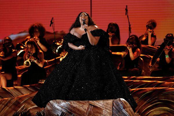 Певица Лиззо во время выступления на церемонии вручения премии Грэмми в Лос-Анджелесе