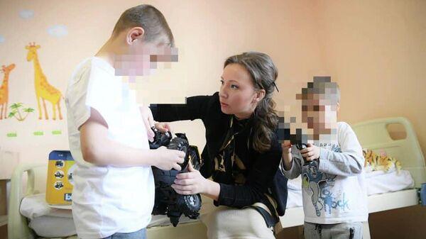 Детский омбудсмен Анна Кузнецова навестила в больнице детей, которых отец оставил в аэропорту Шереметьево