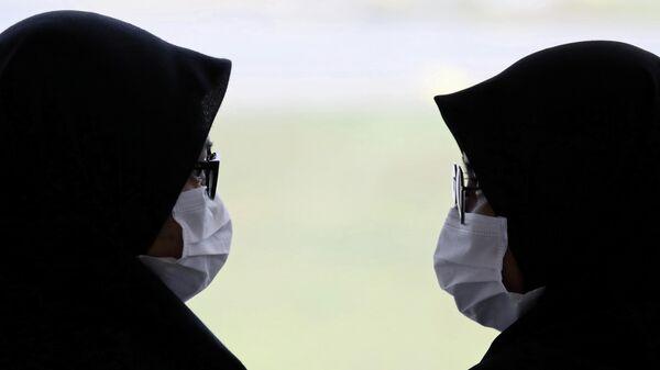 Пассажирки в масках в международном аэропорту Куала-Лумпур в Сепанге, Малайзия