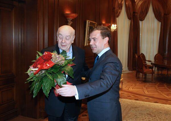 Президент России Дмитрий Медведев поздравил с юбилеем актера Московского государственного театра Ленком Леонида Броневого