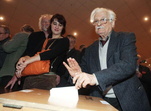 Режиссер Марлен Хуциев во время голосования на VII съезде Союза кинематографистов