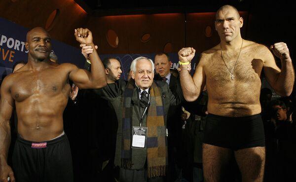 Эвандер Холифилд (слева) и Николай Валуев (справа) во время взвешивания