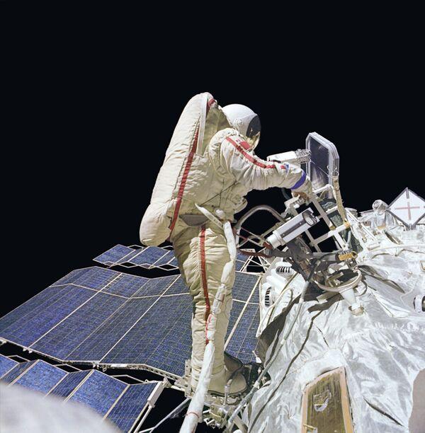 Астронавты НАСА вышли в открытый космос для смазки руки-манипулятора