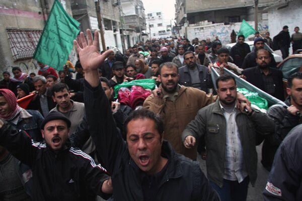 Палестинцы отметили годовщину падения Берлинской стены, свалив секцию стены израильской
