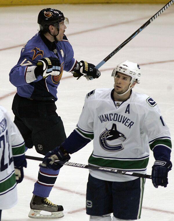 Форвард АтлантыИлья Ковальчук празднует гол в ворота Ванкувера в матче НХЛ